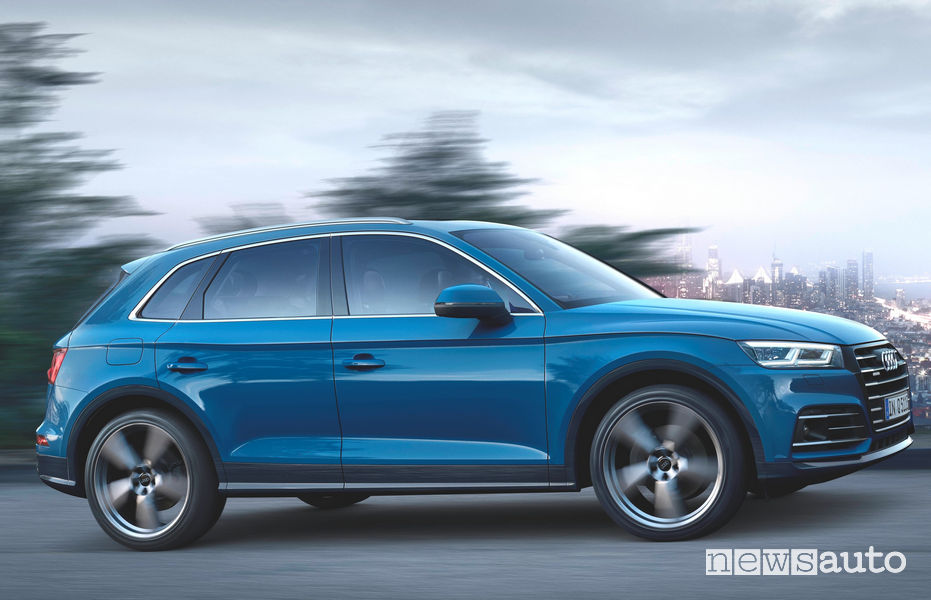 Audi Q5 TFSI e ibrido plug-in vista laterale in movimento