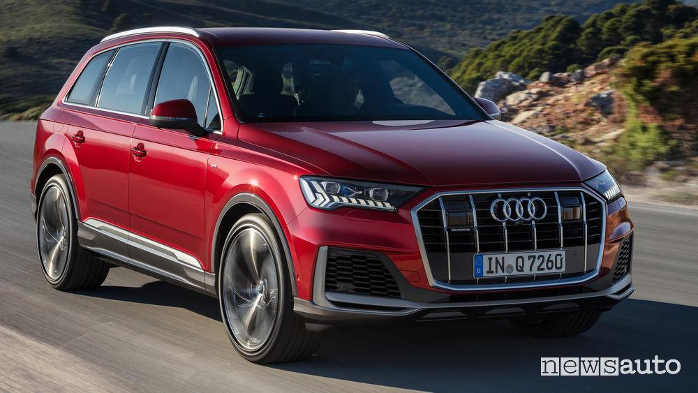 Audi Q7 2020 vista di profilo in movimento
