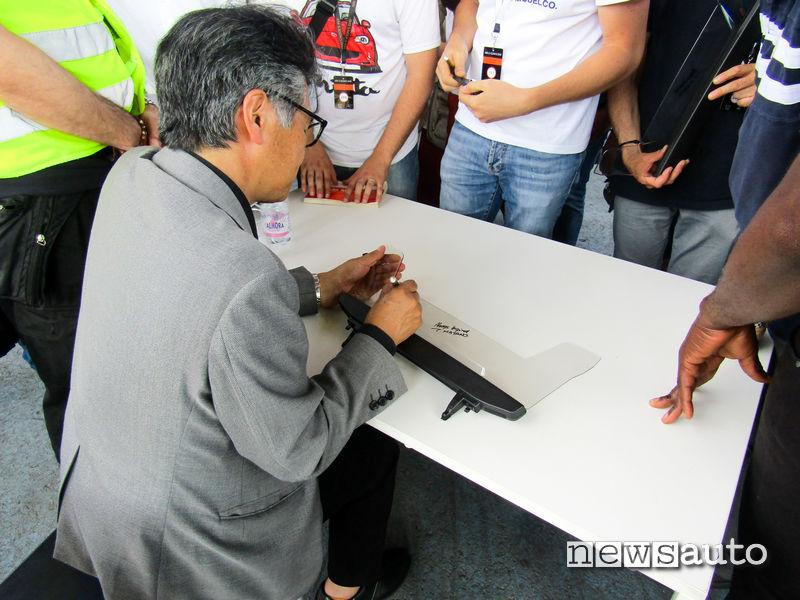 Nobuhiro Yamamoto firma autografi ai fans di Mazda MX-5