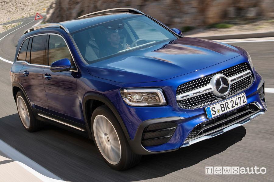 Mercedes-Benz GLB vista di profilo in movimento