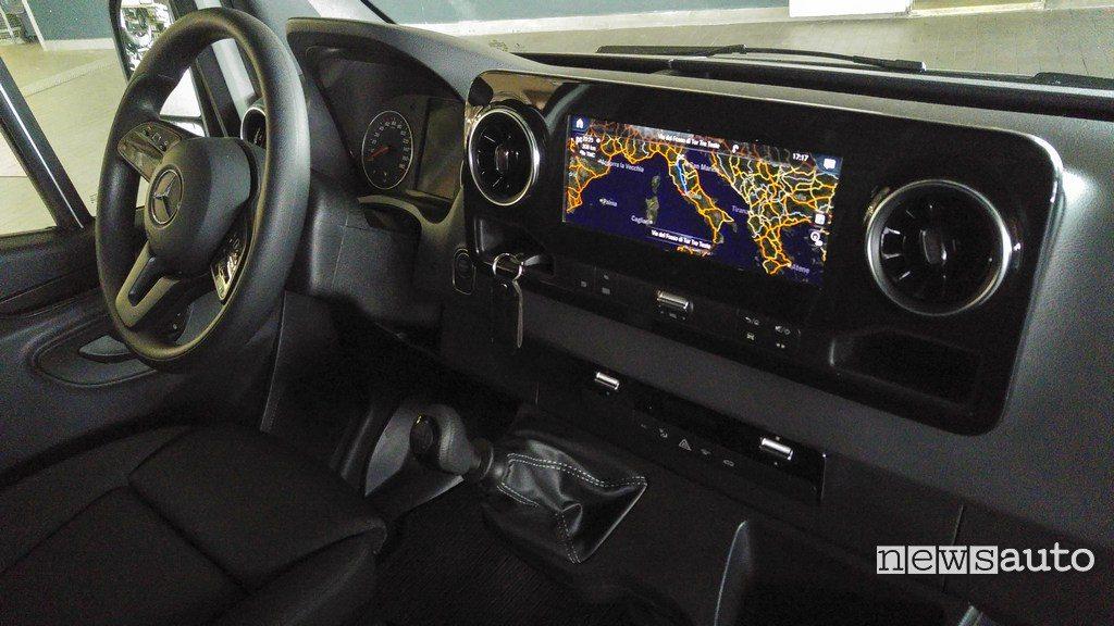 Mercedes Sprinter interni, posto guida con sistema MBUX