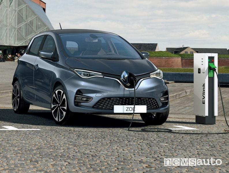 Renault Zoe mentre ricarica la batteria su una colonnina EV Link trifase da 32 A