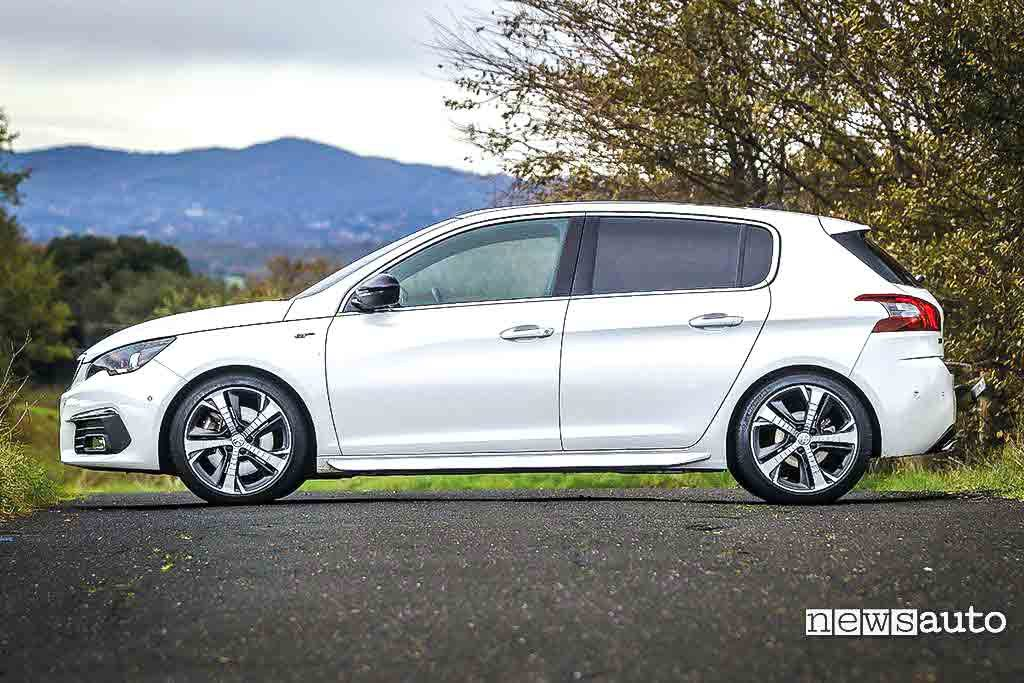 Peugeot 308 GT BlueHDi vista laterale