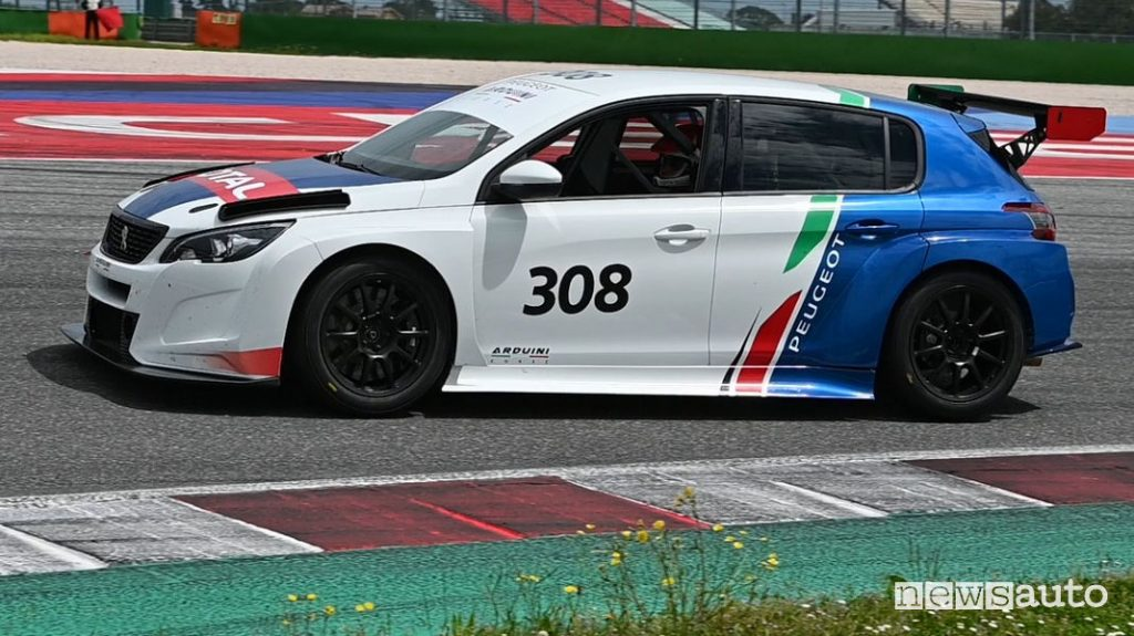 Peugeot 308 TCR vista laterale in pista