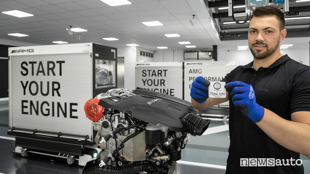 Mercedes-AMG produzione a mano motore benzina 2.0 V4 M139 il motore più potente al mondo