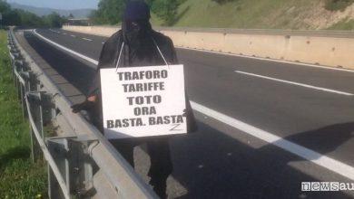 Protesta contro il pedaggi sulla Strada dei Parchi travestito da Zorro