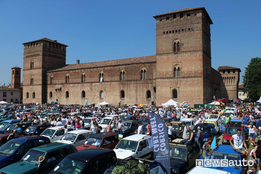 Fiat Panda radunate davanti al Castello Visconteo di Pandino