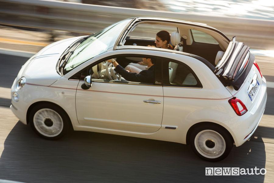 Fiat 500C Dolcevita cabrio vista dall'alto in movimento