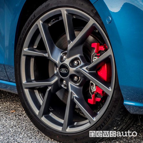 "Ford Focus ST 2019 cerchi in lega 18"" e pinze freni rosse"