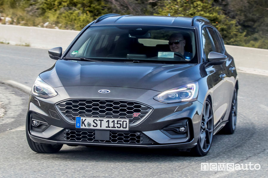 Ford Focus ST Station Wagon 2019 vista frontale in movimento