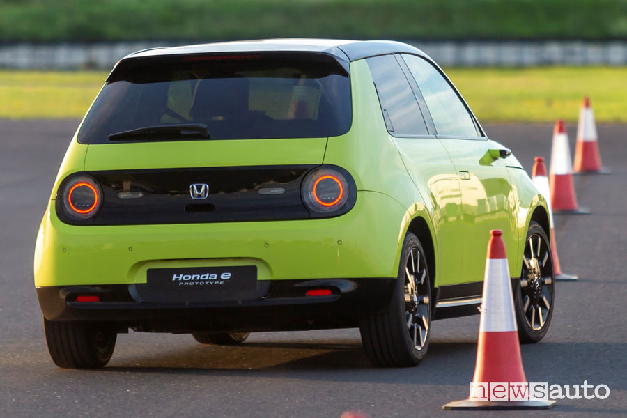 Honda e elettrica vista posteriore slalom fra i birilli in pista