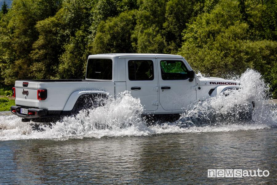 Jeep Gladiator Rubicon vista laterale guado
