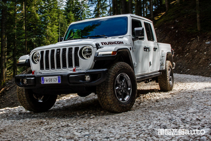Jeep Gladiator Rubicon pick-up vista di profilo sullo sterrato
