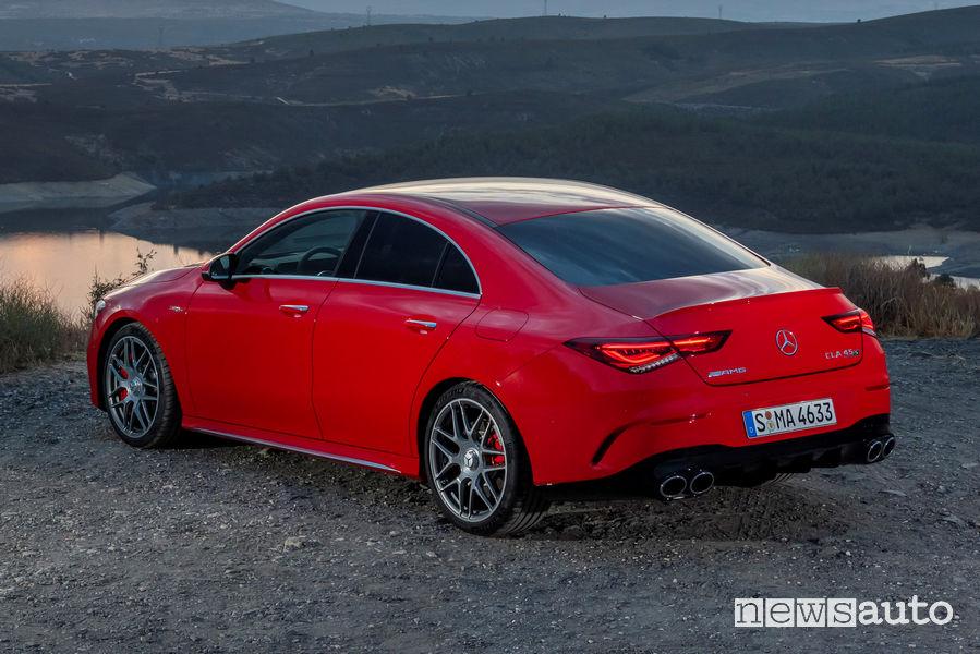 Mercedes-AMG CLA 45 S 4MATIC+ rossa vista posteriore