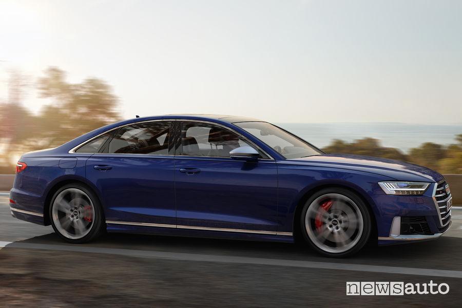 Nuova Audi S8 vista laterale in movimento
