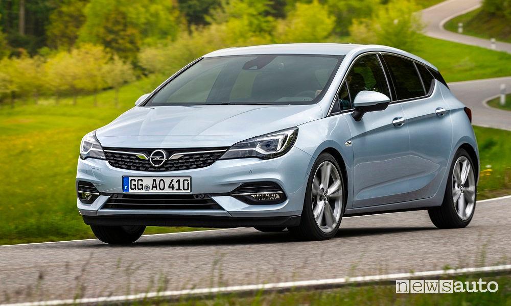 Opel Astra 2020 vista di profilo in movimento