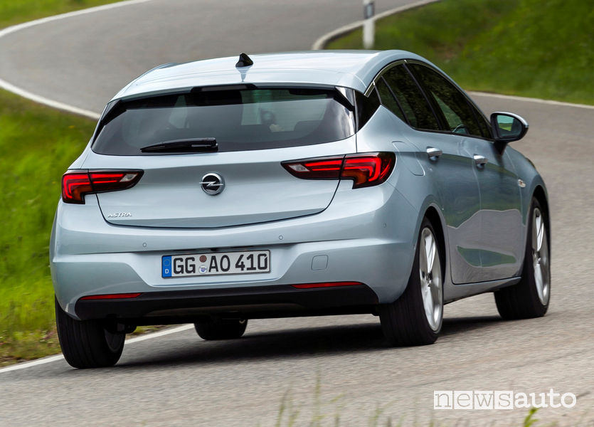 Opel Astra 2020 vista posteriore in movimento