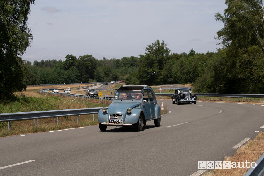 Carovana di auto storiche che raggiunge il Raduno del Secolo Citroën in Francia