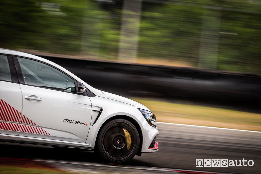Renault Megane RS Trophy-R cerchi in carbonio dettaglio impianto frenante in pista