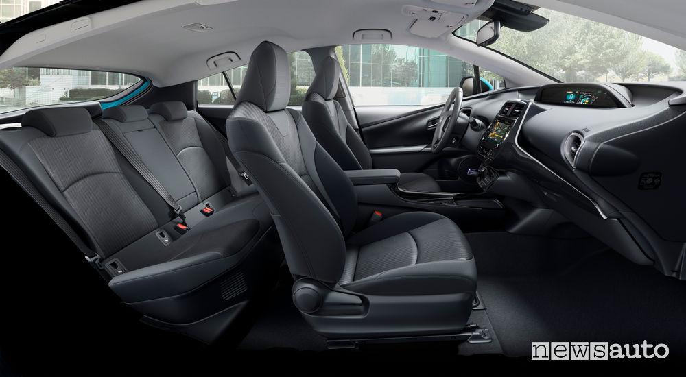 Toyota Prius Plug-In Hybrid abitacolo configurazione 5 posti