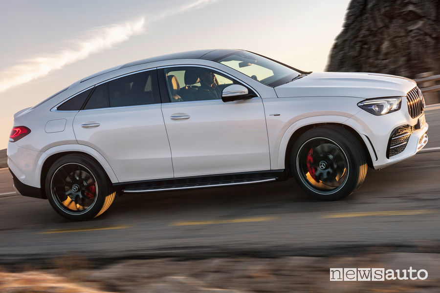 Mercedes-AMG GLE 53 4MATIC+ bianca Coupé vista laterale in movimento