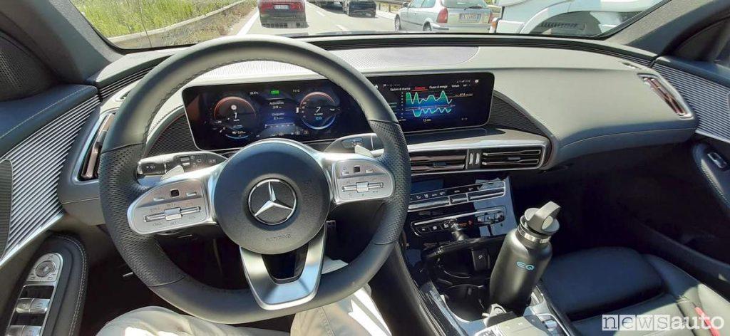 EQC Mercedes con sistema MBUX volante e plancia completa