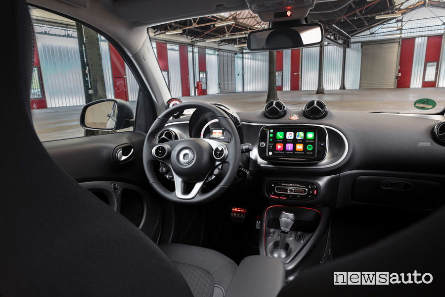 Abitacolo della smart EQ fortwo coupé 2020 con plancia strumenti ed Apple CarPlay