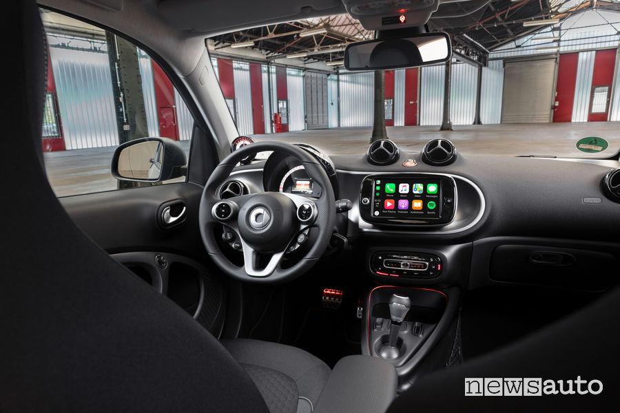 Abitacolo della smart EQ fortwo coupé 2020 con plancia strumenti ed Apple CarPlay
