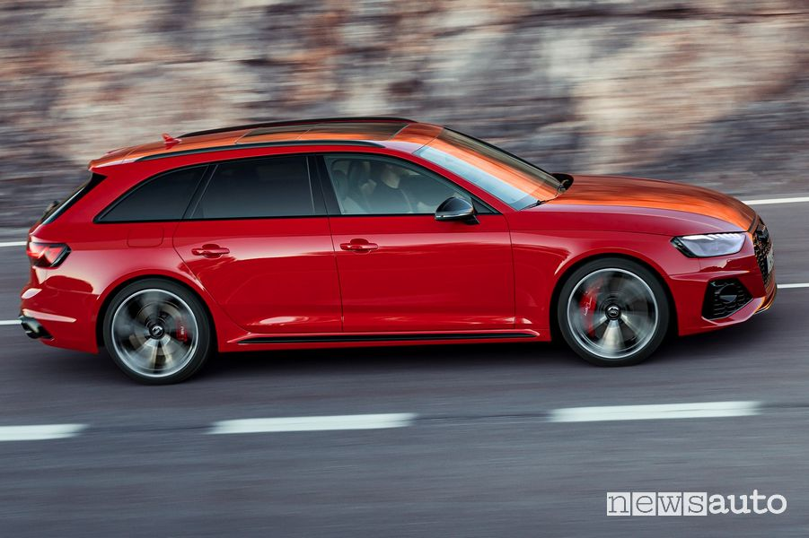 Fiancata laterale lato passeggero Audi RS4 Avant