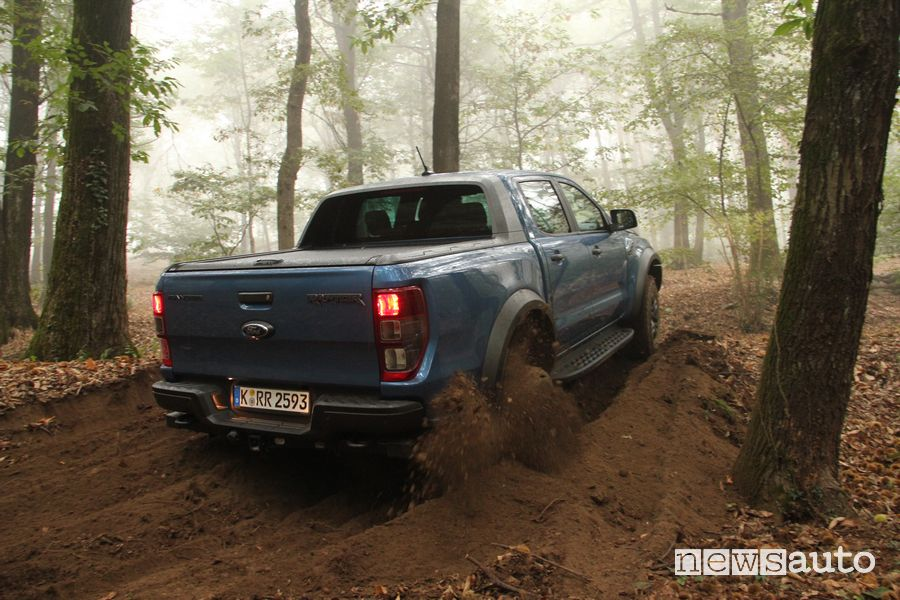 Ford Raptor prova grip in off road su terreno sabbioso