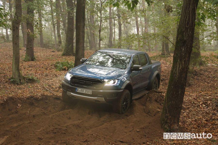 Ford Raptor prova in off road su terreno sabbioso