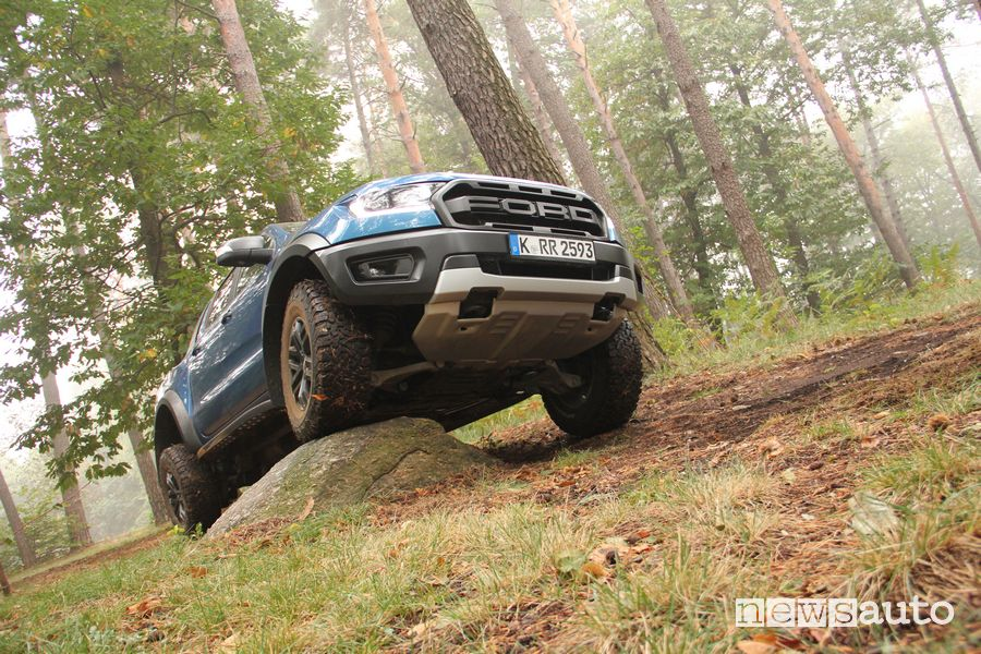 Ford Raptor prova in off road su un masso