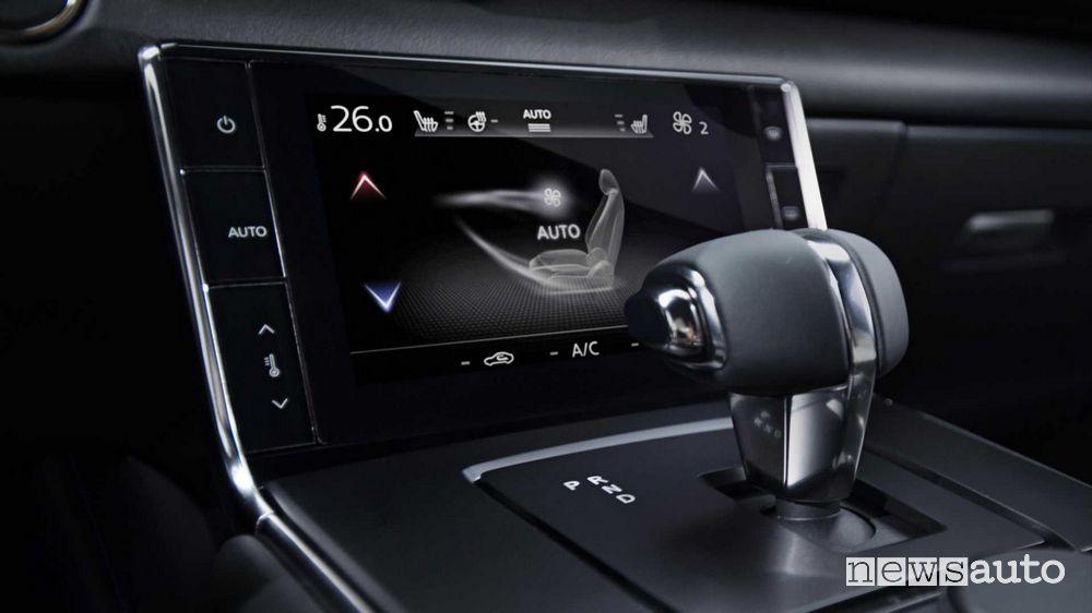 Lava del cambio, touch screen comandi del clima interni Mazda MX-30 elettrica