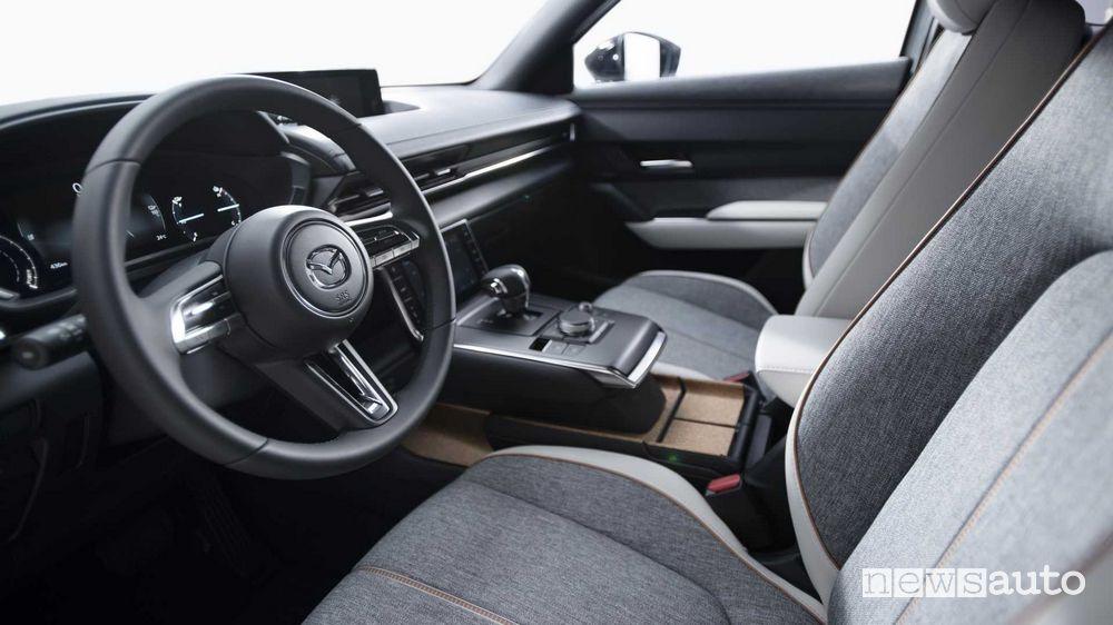 Volante, abitacolo Mazda MX-30 elettrica