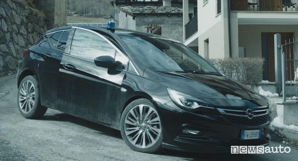 Opel Astra nella serie TV Rocco Schiavone