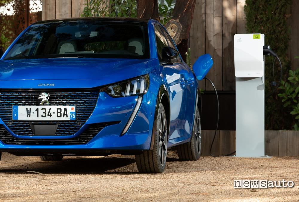 Incentivi auto elettriche in Francia Peugeot e-208 in ricarica