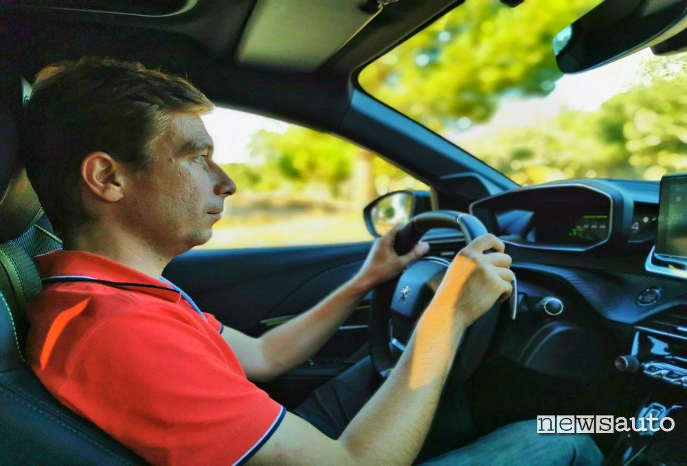 Marco Paternostro al posto di guida della Peugeot 208 2019 durante la prova su strada