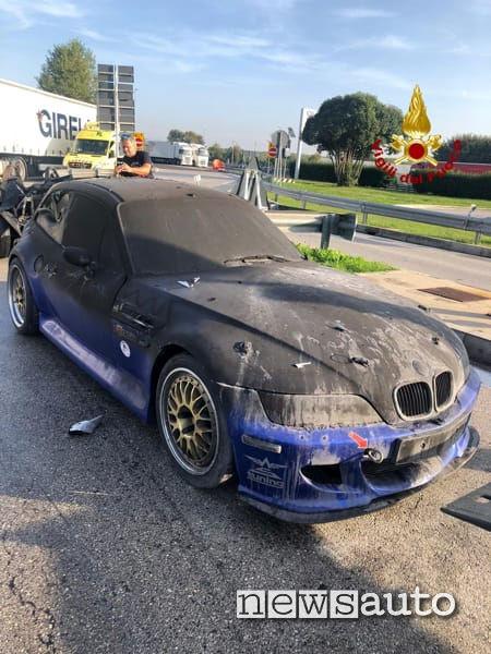 Porsche distrutta dall'incendio divampato all'interno del tir durante il trasporto