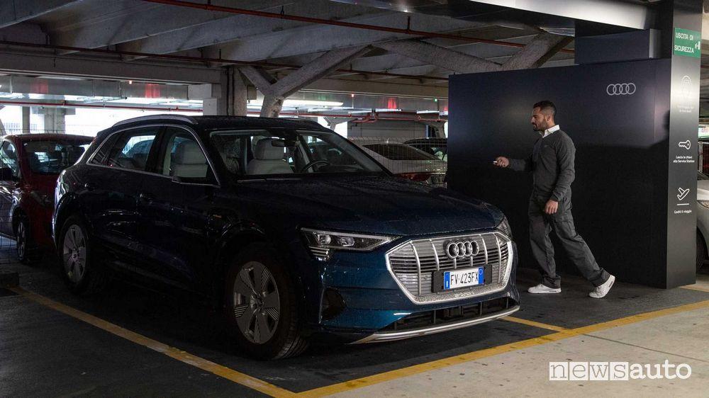 Meccanico ritira l'auto per il service/manutenzione Audi all'aeroporto di Bologna