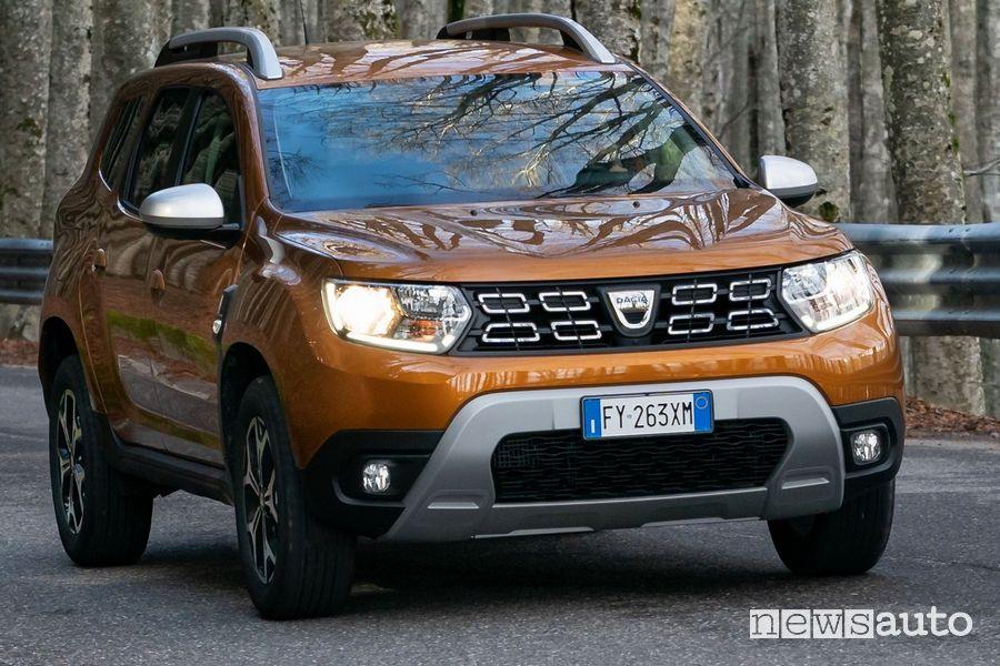 Vista anteriore Dacia Duster benzina TCe 100  auto economica con elevato rapporto qualità/prezzi grazie alla meccanica e componenti Renault