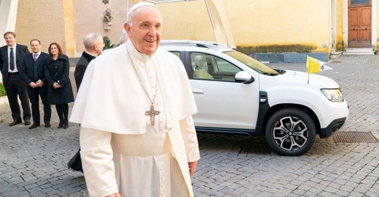Papa Francesco insieme alla Dacia Duster in versione Papamobile
