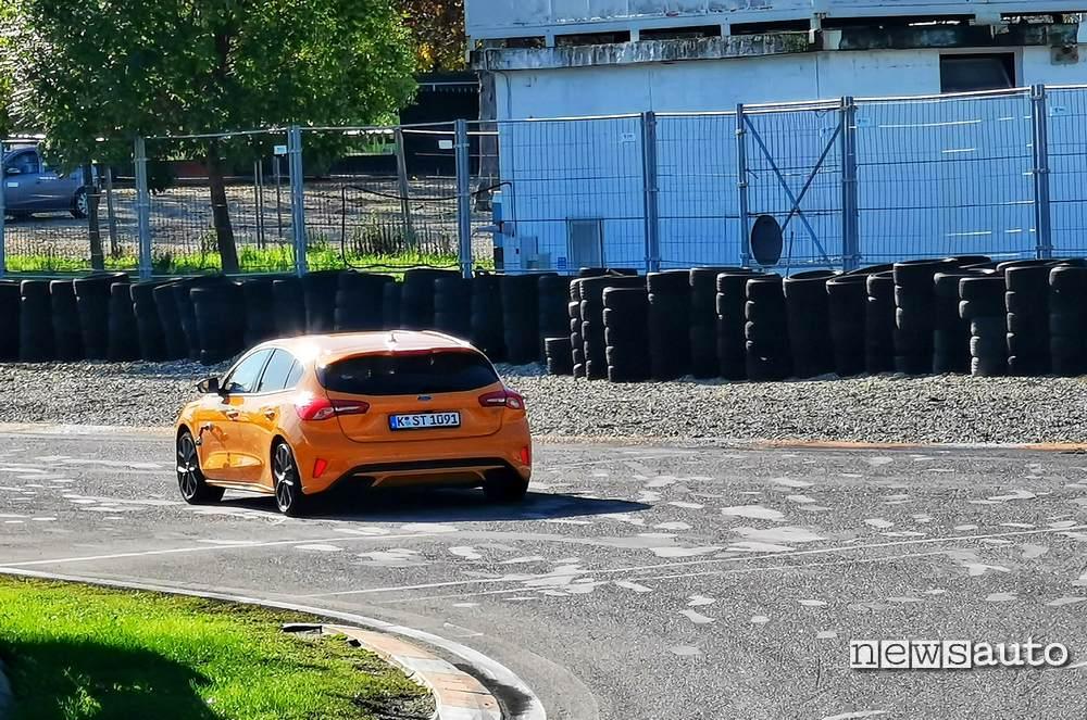 Ford Focus ST 2019 vista posteriore in pista a Castelletto