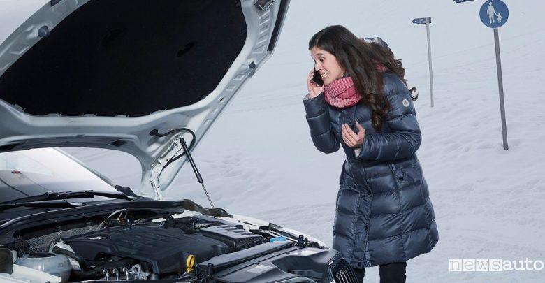 Batteria auto scarica inverno, donna richiede soccorso per telefono