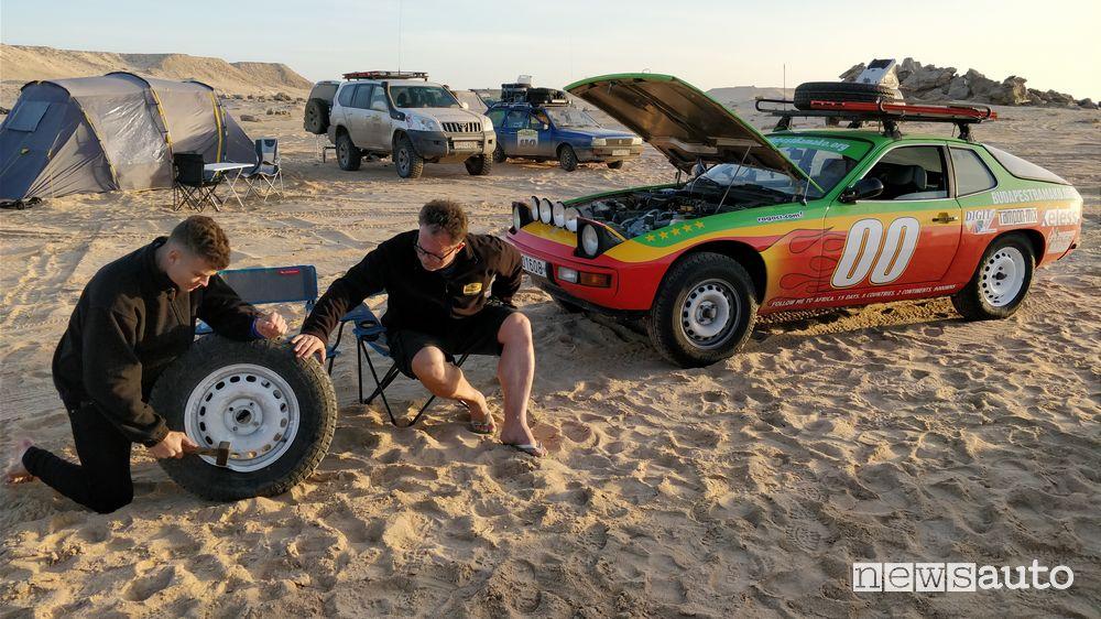 Riparazione di un cerchio nel deserto alla Budapest-Bamako