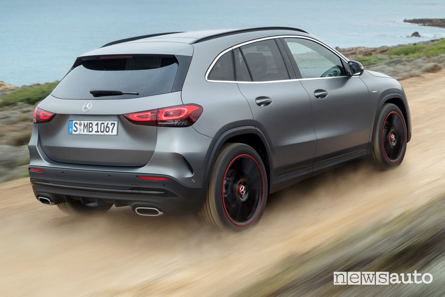 Vista posteriore Mercedes-Benz GLA 2020 AMG Line in off road