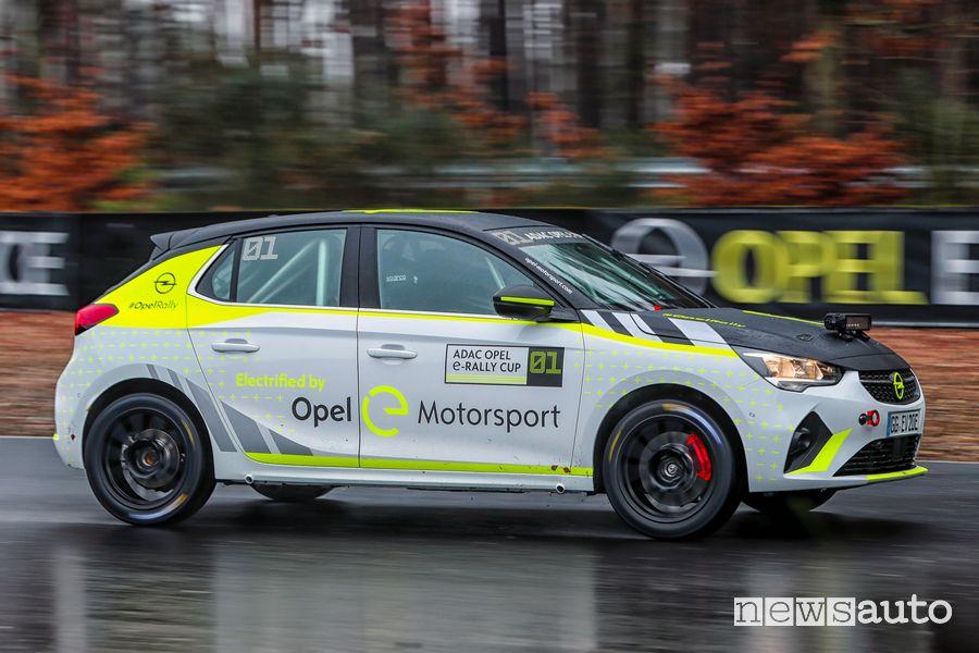 Vista laterale Opel Corsa-e Rallye nei test sulla pioggia