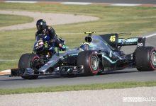 Photo of Valentino Rossi e Lewis Hamilton, scambio fra n.1 a Valencia [foto e video]