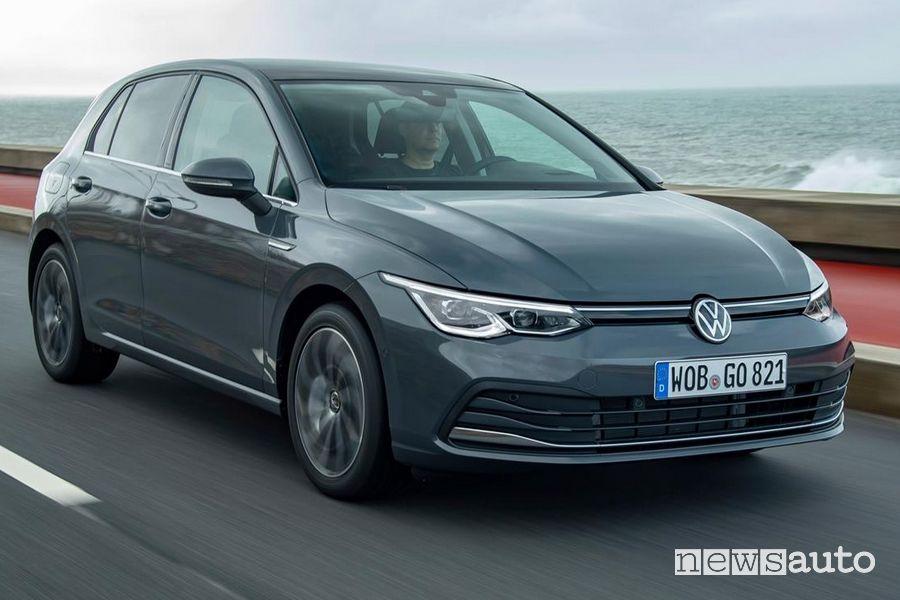 Vista di profilo Volkswagen Golf 8 grigia