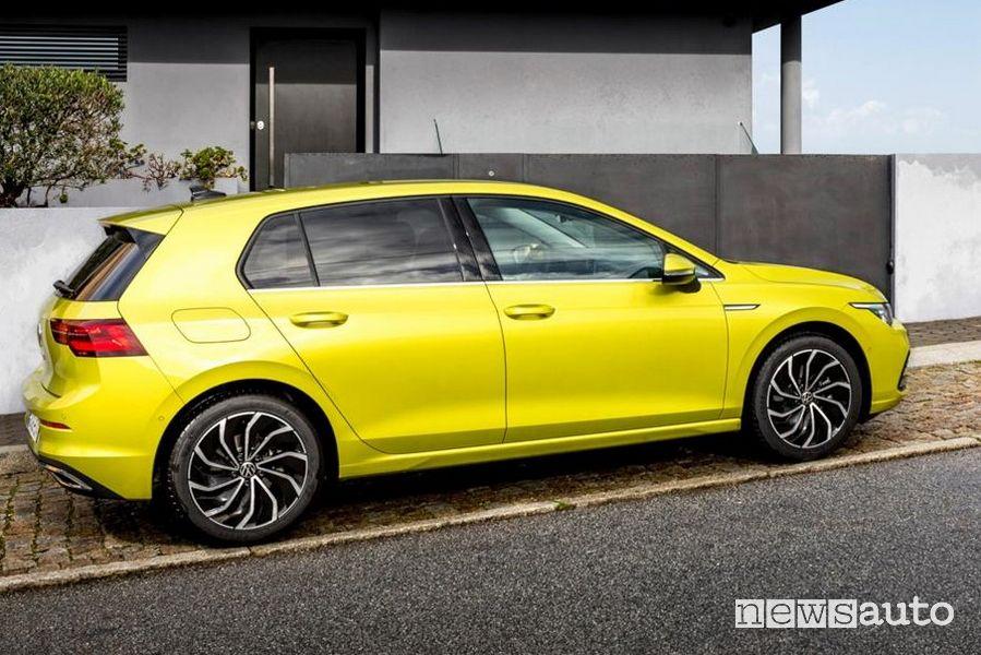 Fiancata laterale lato passeggero Volkswagen Golf 8 gialla