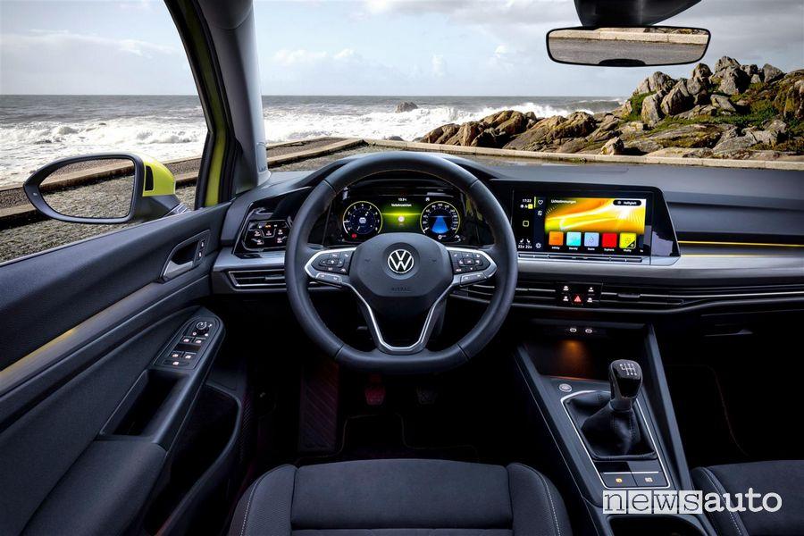 Interni, volante e plancia strumenti Volkswagen Golf 8 gialla